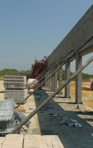 The contractor used E-lite 24-inch-long lightweight concrete masonry units (CMUs) in place of the standard weight 16-inch gray units.