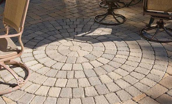Rotondo pavers are ideal for developing focal points in tranquil sitting areas like patios or poolsides.